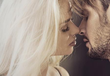 Closeup ritratto di una coppia di baciare in amore