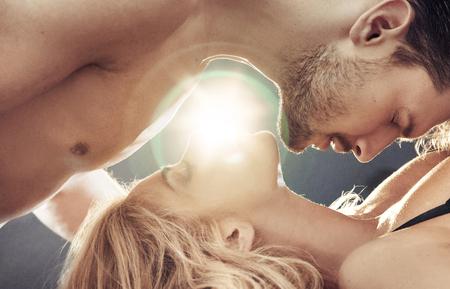 Ritratto concettuale di una coppia sensuale, nuda in camera da letto Archivio Fotografico