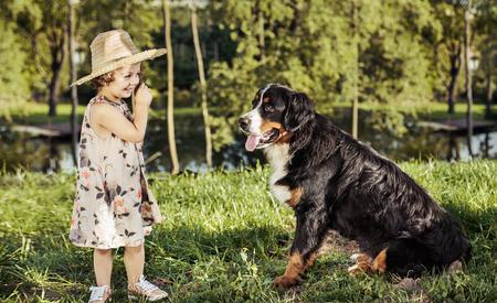 Ritratto di una ragazza carina, con un cane amichevole Archivio Fotografico