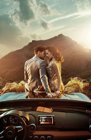 Romantische, jonge paar zittend op de motorkap Stockfoto - 93723559