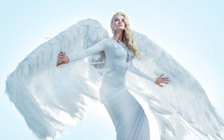 Ritratto di un elegante arcangelo biondo