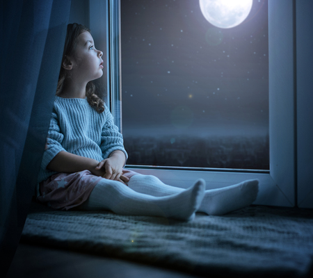 Portrait of a cute little kidl looking at the night moon Stock Photo - 116331631
