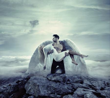 Arcángel hermoso que lleva a una mujer inocente e inconsciente
