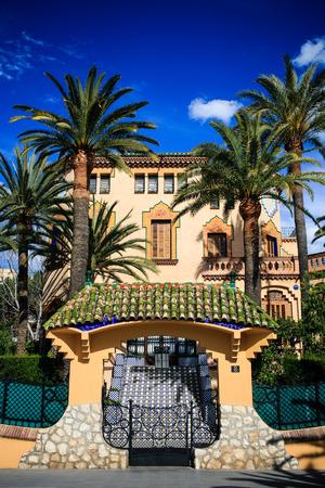SALOU, ŠPANĚLSKO - 13. dubna 2016: Casa Xalet Bonet nebo Xalet Voramar, španělská vila nedaleko centra Salou. V roce 1918 postavil Domenec Sugranes i Gras, žák a spolupracovník Antoni Gaudiho.