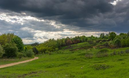 precipitaci�n: tormenta que se avecina la primavera en los campos, prados y pastizales