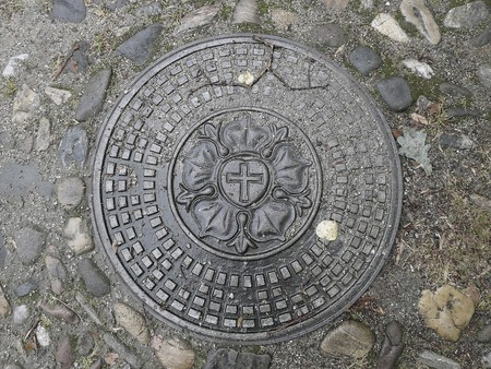 gully: Portada de Barranco con Luther-Rosa, cerca de la hist�rica iglesia de la paz en Jawor, Silesia, Polonia