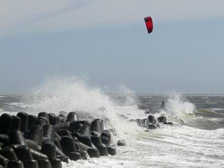 wzburzone morze: Kitesurfing w wzburzonym morzu przy wyspie Sylt, Niemcy Zdjęcie Seryjne