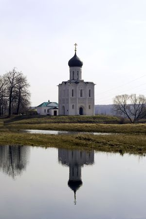 klyazma: The Church of the Intercession of the Holy Virgin on the Nerl River (1165 a.d.) (Russian: Tserkov Pokrova na Nerli) is an Orthodox church and a symbol of mediaeval Russia.The church is situated at the confluence of Nerl and Klyazma Rivers in Bogolyubovo,  Stock Photo