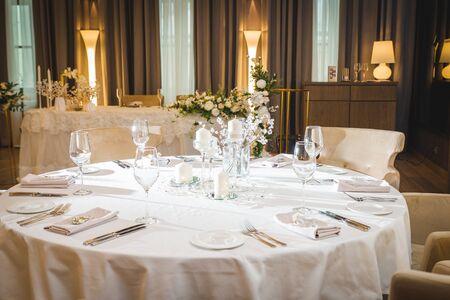 elegante decoración de mesa en un restaurante