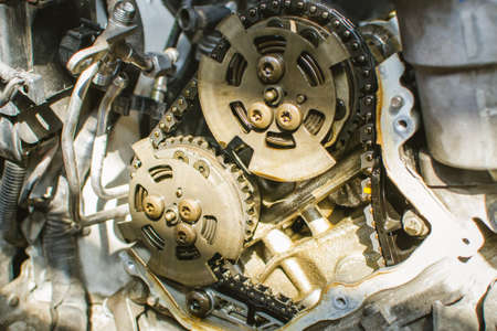 Car timing chain in cutaway engine Stockfoto