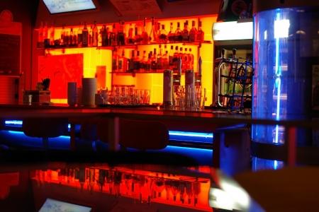 cafe bar: Een stijlvolle avond bar met een moderne inrichting