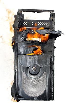 old technology: bruciando case del computer isolato su sfondo bianco
