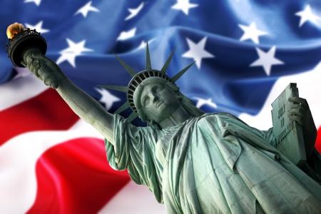 Nueva York Estatua de la Libertad en contra de una bandera de EE.UU. Foto de archivo