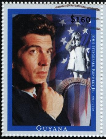 GUYANA - CIRCA 1999: sello impreso en Guyana muestra a John Fitzgerald Kennedy Jr socialité estadounidense, abogado, hijo mayor del presidente de EE.UU. John F. Kennedy, circa 1999