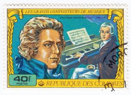 amadeus mozart: COMORES - CIRCA 1977: sello impreso en Comores muestra Wolfgang Amadeus Mozart compositor genial, circa 1977