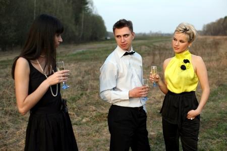 celos: Celos - dos muchacha y hombre al aire libre con vino
