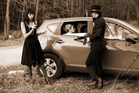youth smoking: hombre y dos mujeres con el cigarro, el vino en coche