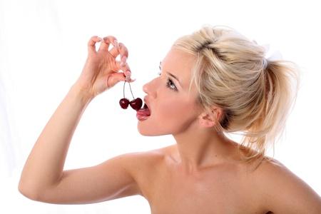 boca sana: rubia con cerezas frescas