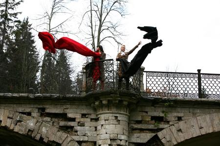 solter�a: ni�as en parque en oto�o puente viejo