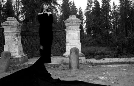soltería: chica en el parque en otoño puente viejo en tejido negro