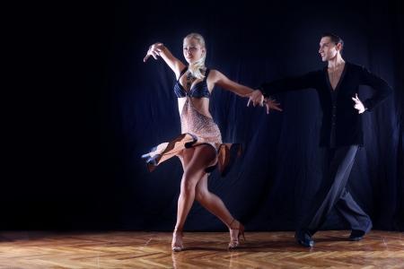 latin dance: dansers in balzaal Stockfoto