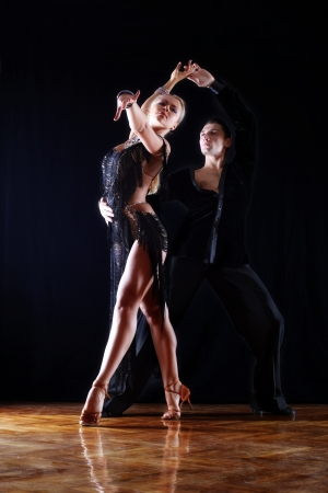 Bailarines de salón de baile contra el fondo negro Foto de archivo - 15980003