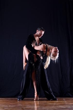 ballet hombres: bailarines latinos en acci�n aislado en blanco