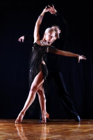 Tänzer im Ballsaal vor schwarzem Hintergrund Standard-Bild - 15980068