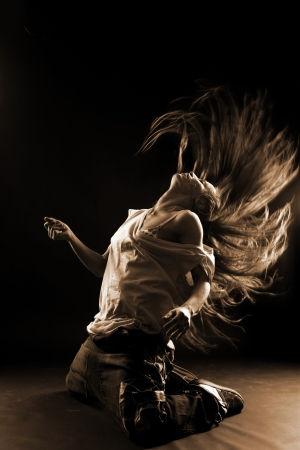 bailarin: bailar�n moderno mujer fresca contra negro Foto de archivo