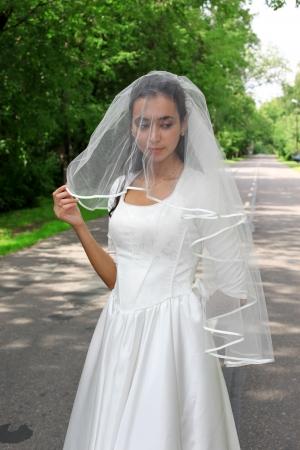 야외 도로에서 흰색 드레스의 신부