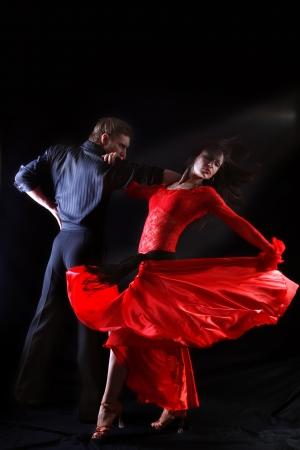 baile latino: bailarina en acción contra el fondo negro
