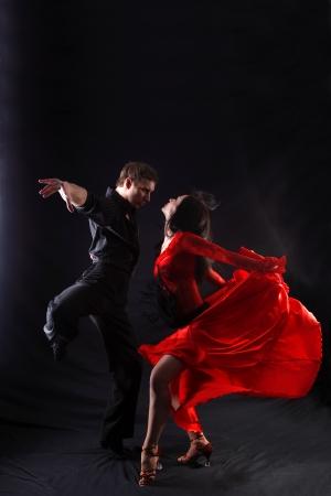 Tänzer vor schwarzem Hintergrund Standard-Bild - 15979670