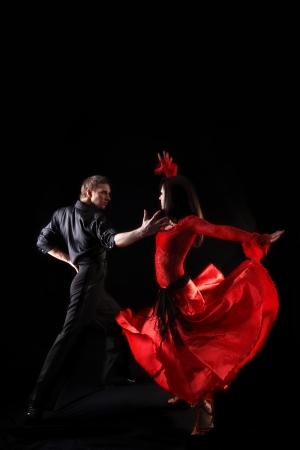 baile latino: Bailarines contra fondo negro