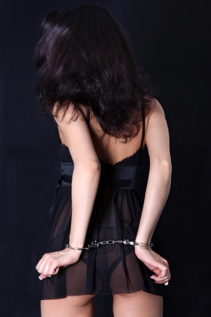handcuffed: vrouw terug met handboeien Stockfoto
