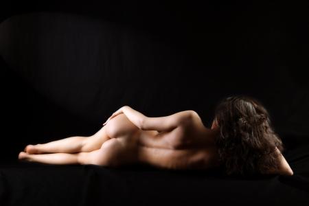 Klassischen nude girl vor schwarzem Hintergrund Standard-Bild - 15948329