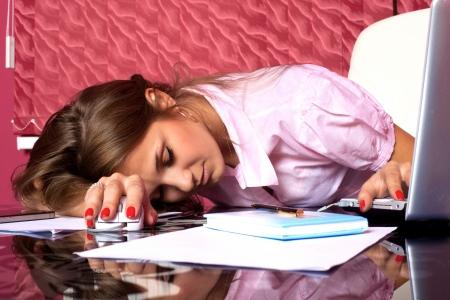 agotado: mujer cansada de dormir en el PC