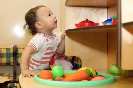 adn: Beb� que juega con el juguete del adn mirando hacia arriba