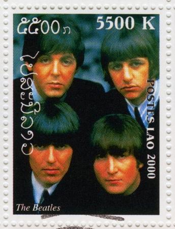 LAOS - CIRCA 2000 sello impreso en Laos muestra a los Beatles en 1960 el famoso grupo pop musical, alrededor del año 2000 Foto de archivo - 16042843