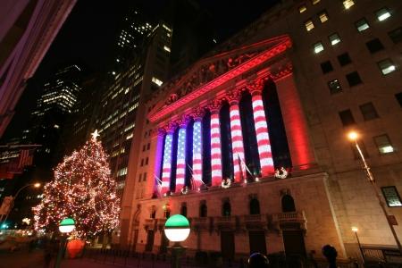 new york stock exchange: NEW YORK CITY - JAN 3: Wall Street New York Stock Exchange, borsa pi� grande del mondo per capitalizzazione di mercato, di notte. 3 Gennaio 2009 a Manhattan, New York City