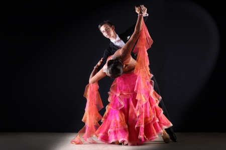 Latino-Tänzer im Ballsaal vor schwarzem Hintergrund Standard-Bild - 21901697