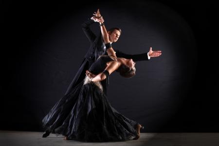 bailarin hombre: Bailarines latinos de baile contra el fondo negro