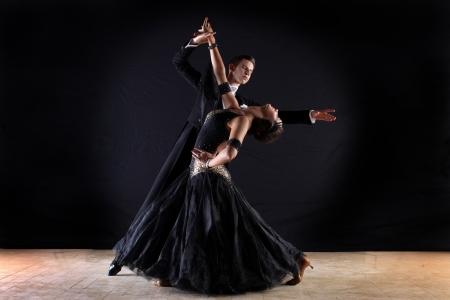pareja bailando: Bailarines latinos de baile aislados en fondo negro
