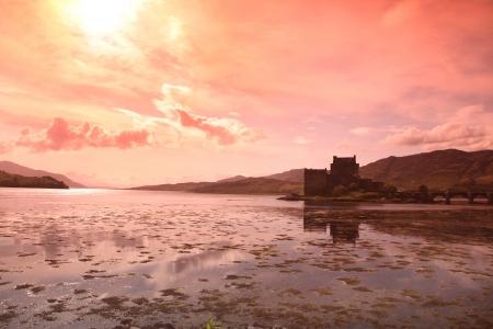 highlander: Atardecer en el Castillo de Eilean Donan en Escocia, Reino Unido Foto de archivo