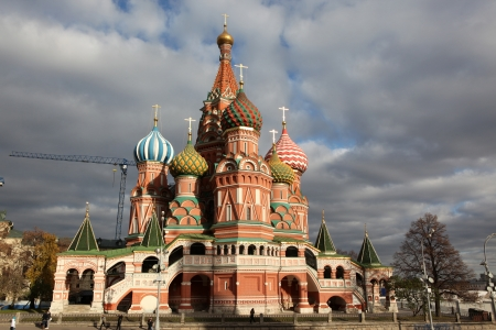 red square moscow: Famosa vista de la Intercesi�n Catedral de San Basilio en la Plaza Roja, Mosc�, Rusia