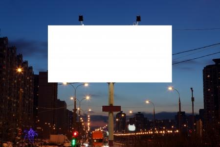 Lege billboards langs de weg 's avonds in de stad