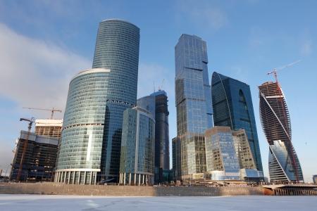 Famosa vista y hermoso rascacielos de la ciudad de centro de negocios internacional con el r�o congelado de Moskva, Mosc�, Rusia photo