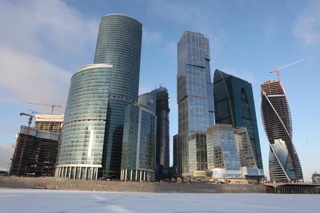 Famosa vista y hermoso rascacielos City centro internacional de negocios con el r�o congelado de Moskva, Mosc�, Rusia