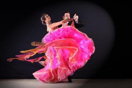 Bailarines del Latino en salón de baile contra el fondo negro Foto de archivo