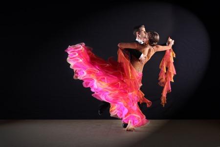Latinotänzer im Ballsaal vor schwarzem Hintergrund Standard-Bild - 32500613