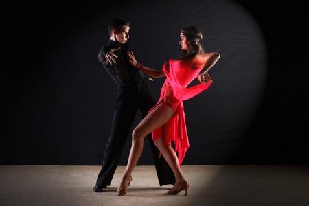 pareja bailando: Bailarines del Latino en salón de baile aislados en el fondo negro